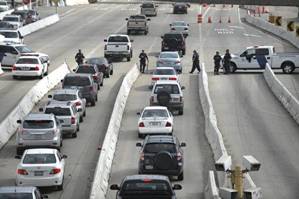 国土安全部人员在美墨边境检查车辆,以防多尔纳逃往墨西哥。(摄影:Kevork Djansezian/Getty Images)