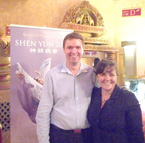 新西兰保守党党魁Colin Craig和夫人Helen一道观赏神韵晚会。(图:大纪元)