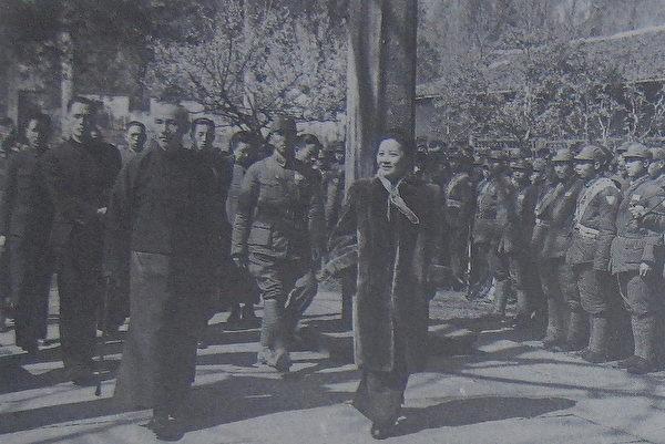 1946年3月,钱漱石(二排左)随侍蒋介石主席伉俪游杭州。(翻摄:锺元/大纪元)