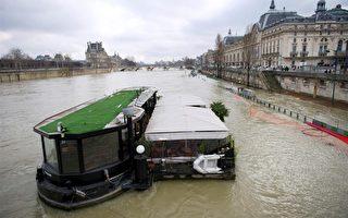 法国前期降雪量较大,造成塞纳河水水位迅速上涨。图为塞纳河旁一家船上餐厅被洪水包围。(LIONEL BONAVENTURE/AFP/Getty Images)