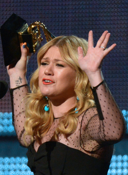 """凯利·克拉克森获得""""最佳流行演唱专辑奖"""",她的获奖歌曲是《更强》(Stronger)。(图/Joe KLAMAR/AFP/Getty Images)"""
