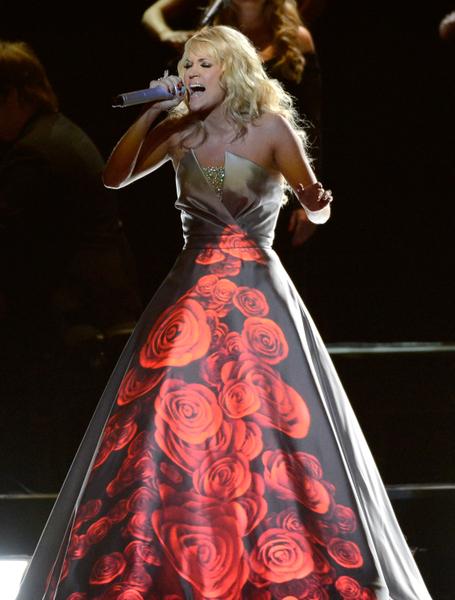 颁奖过程中,随着超人气小正太亨特‧海耶斯(Hunter Hayes)钢琴弹奏,凯莉‧安德伍德(Carrie Underwood)身着白色长裙献唱《两个黑色的凯迪拉克》(Two Black Cadillacs)。她的裙子暗藏玄机、巧思无限,在灯光下变化不同色彩及图案。(图/JOE KLAMAR/AFP/Getty Images)