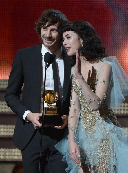 """澳大利亚歌手Gotye 与搭档Kimbra以《我曾经认识的某个人》获得""""最佳唱片奖""""。(图/JOE KLAMAR/AFP/Getty Images)"""