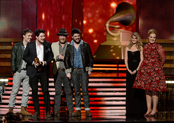 """独立民谣组合Mumford & Sons凭借《Babel》获得最佳专辑奖""""。(图/Adele Kevork Djansezian/Getty Images)"""