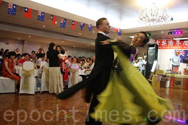 晚会邀请了专业的交谊舞者和乐团进行现场表演。(摄影:骆亚/大纪元)