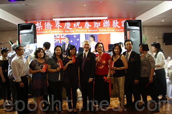 当天一批幸运者获得抽奖中的现金奖,与周进发处长、活动主办方代表黄焕南合影留念。(摄影:骆亚/大纪元)