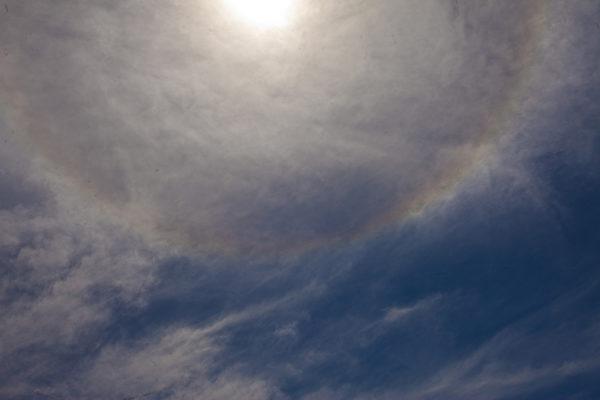 在神韵到达悉尼当天太阳出现巨大的五彩光环(伊罗逊摄影)
