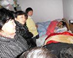 大年初二,上海访民看望了著名维权人士毛恒凤。(访民提供)