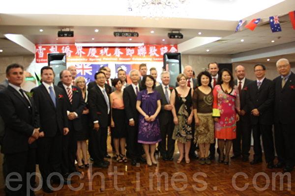 当天参加中国新年活动的主要嘉宾合影留念。(摄影:骆亚/大纪元)