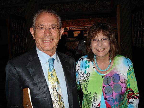 身着高级西服的知名服装师Adamo Marrone先生和太太Teresa前来观看神韵巡回艺术团的演出(摄影:纪芸/大纪元)