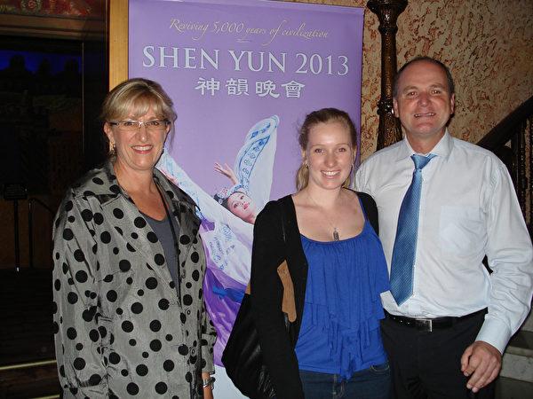 悉尼一儿童慈善机构总裁Small先生一家三口前来观看神韵巡回艺术团在悉尼帝苑剧院的第三场演出(摄影:纪芸/大纪元)