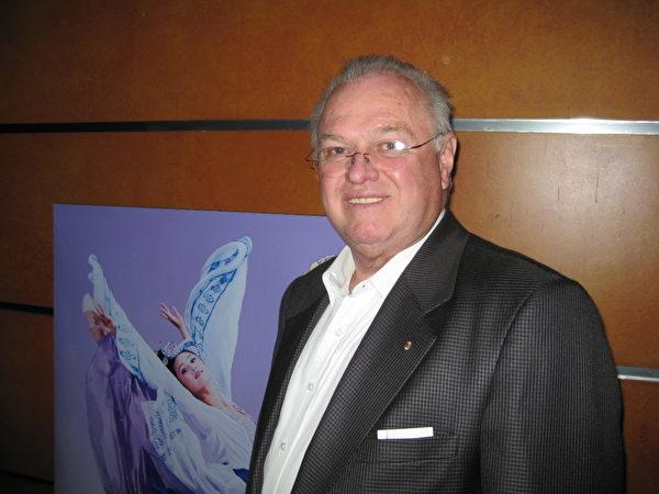 """Jim Aitken是彭里斯(Penrith)市副市长,现彭里斯企业联盟的副主席。他说:""""演出让我回想起了古老的价值观。她带给我愉悦和希望。""""(摄影:德明/大纪元)"""