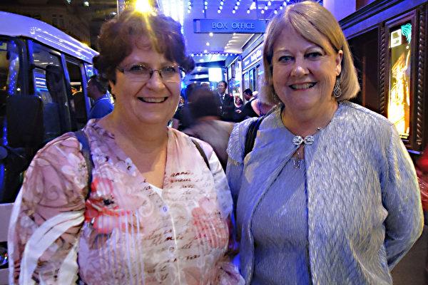 2月12日晚,在悉尼著名的帝苑剧院,心理学家鲍碧女士(右)、她的朋友汤妮和她所在的扶轮社成员一道观看了神韵演出。她感叹神韵带给她全新的感受。(摄影:袁丽/大纪元)