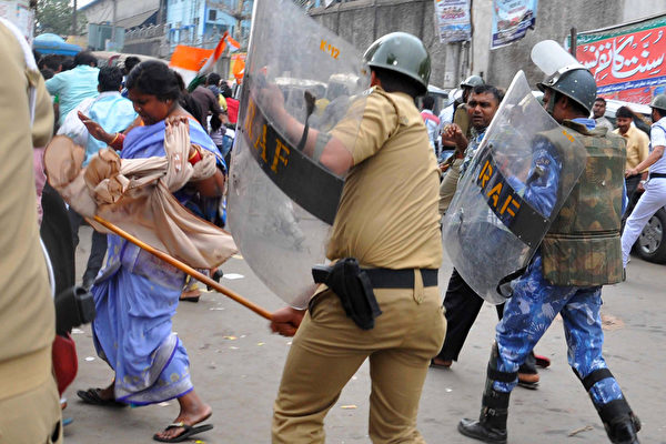 印度东北部戈巴拉(Goalpara)发生动乱,军队奉命出动以镇压暴乱。(AFP PHOTO/ STRSTR)