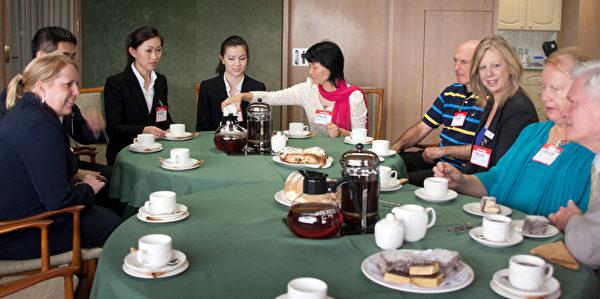 2月13日上午,悉尼西北地区的山区郡郡长Michelle Byrne(Mayor of the Hills Shire Council)热情邀请孙兰兰和部分神韵演员到她工作的政府办公室共进早茶。(摄影:袁丽/大纪元)
