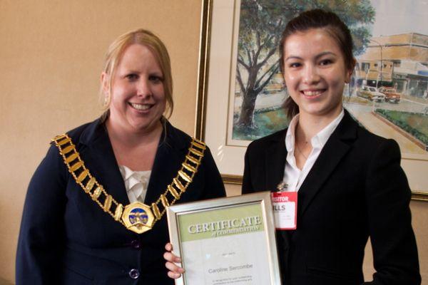 2月13日上午,澳洲悉尼山区郡郡长Michelle Byrne(Mayor of the Hills Shire Council)代表当地政府为神韵艺术家孙兰兰(Caroline Sercombe)颁奖。(摄影:袁丽/大纪元)