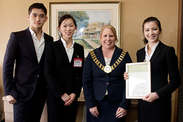 山区郡郡长Michelle Byrne(Mayor of the Hills Shire Council)与孙兰兰和两名也是在澳洲出生长大的神韵演员Helen‧夏、Andy‧夏合影(摄影:袁丽/大纪元)
