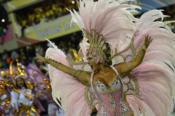 2013年2月11日,巴西里约嘉年华会舞娘热舞狂欢。(CHRISTOPHE SIMON/AFP)