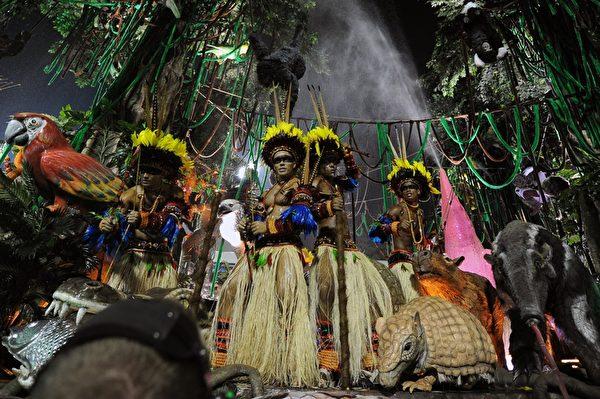 2013年2月12日,巴西里约嘉年华会游行花车。(VANDERLEI ALMEIDA/AFP)