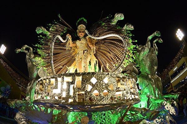 2013年2月12日,巴西里约嘉年华会游行花车。(CHRISTOPHE SIMON/AFP)