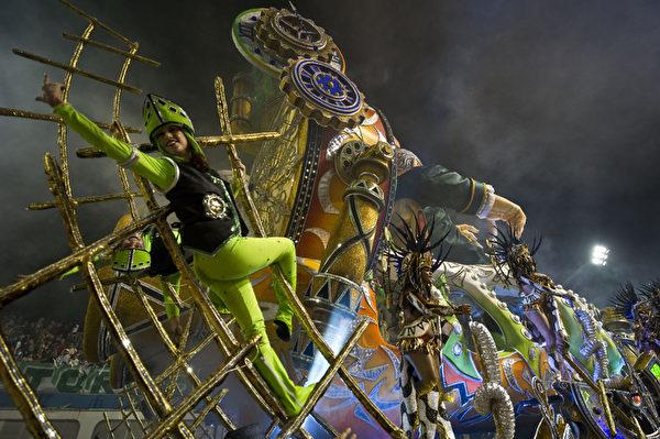 2013年2月9日,巴西里约嘉年华会森巴舞团花车。(Nelson ALMEIDA/AFP)
