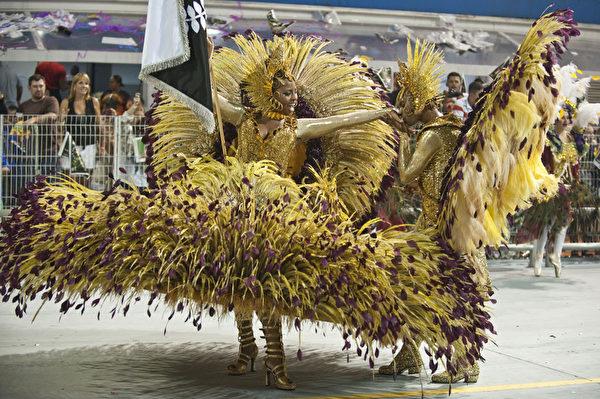 2013年2月9日,巴西里约嘉年华会舞娘热舞狂欢。(Nelson ALMEIDA/AFP)