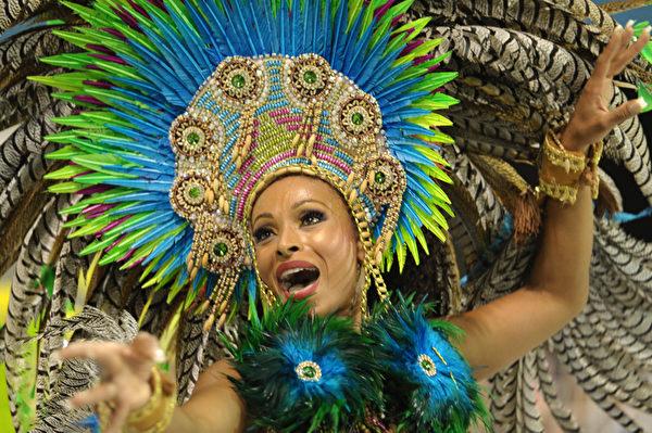 2013年2月9日,巴西里约嘉年华会舞娘热舞狂欢。(YASUYOSHI CHIBA/AFP)
