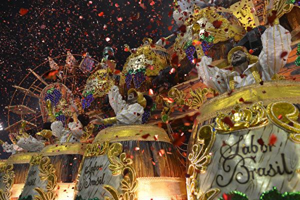 2013年2月9日,巴西里约嘉年华会游行花车。(YASUYOSHI CHIBA/AFP)