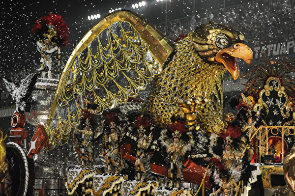 2013年2月10日,巴西里约嘉年华会游行花车。(YASUYOSHI CHIBA/AFP)