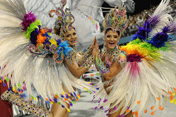2013年2月10日,巴西里约嘉年华会舞娘热舞狂欢。(YASUYOSHI CHIBA/AFP)