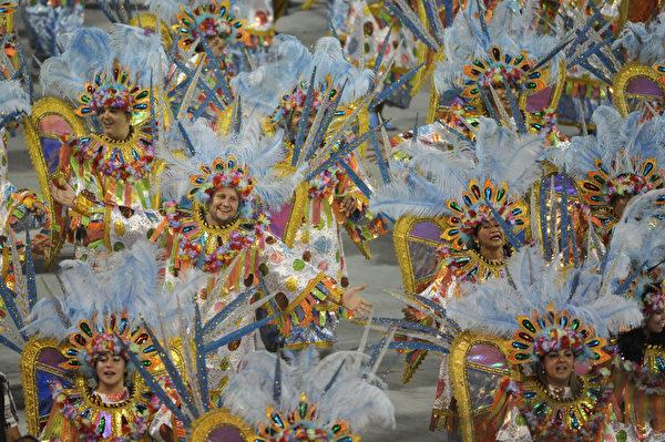 2013年2月10日,巴西里约嘉年华会游行队伍。(YASUYOSHI CHIBA/AFP)