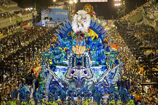 2013年2月11日,巴西里约嘉年华会游行花车。(ANTONIO SCORZA/AFP)