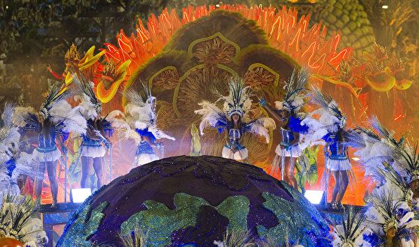 2013年2月12日,巴西里约嘉年华游行花车。(ANTONIO SCORZA/AFP)