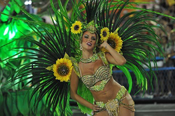 2013年2月12日,巴西里约嘉年华会舞娘热舞狂欢。(CHRISTOPHE SIMON/AFP)