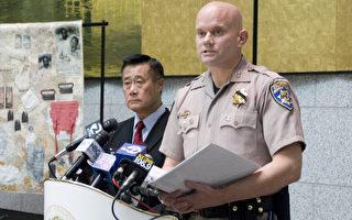 2月14日在舊金山州府大樓召開的新聞發布會上,高速巡警隊保護服務部長官麥克格里格(Scott MacGregor,右)確認,星期二被捕嫌犯涉威脅余胤良(左)。(攝影:周鳳臨/大紀元)