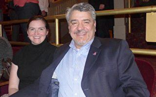 美国康州第二大城Stratford市第一任市长Jim Miron先生与女友Heather Helbelka女士在中场休息时表示,神韵带给他们无比美好的体验。(摄影:蔡溶/大纪元)
