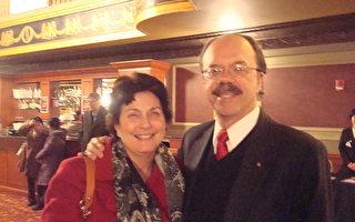 美国Aquarion水公司水质及环境管理部主任John Herlihy先生和夫人从费尔菲尔德赶到康州沃特伯里(Waterbury)市观看神韵演出。(摄影﹕陈天成/大纪元)