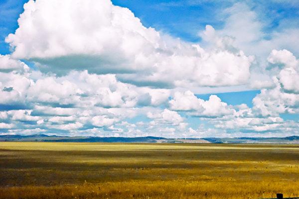 当年澳洲为了首都建在哪里之争,人们选择了折中的地方——堪培拉平原,自然辽阔的堪培拉大平原在悉尼和墨尔本之间。(摄影:伊罗逊/大纪元)