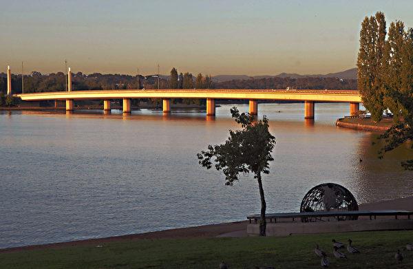 堪培拉湖面夕阳下的大桥。(摄影:伊罗逊/大纪元)