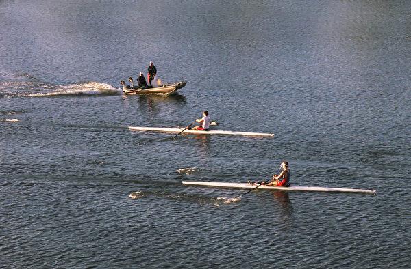 人们在湖水里划船训练。(摄影:伊罗逊/大纪元)