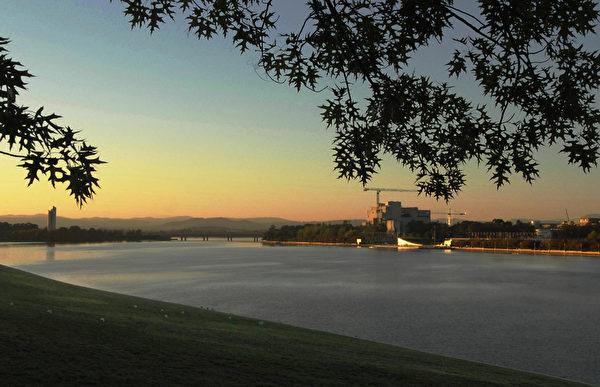 堪培拉湖湾夕阳。(摄影:伊罗逊/大纪元)