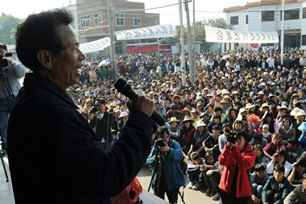 中国陆丰乌坎村在争取民主维权。图为2011年2月21日乌坎村村民在召开村民大会。(MARK RALSTON/AFP/Getty Images)