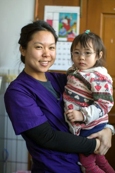 華裔女青年高家儷辭高薪,返台偏鄉義診,與偏鄉小朋友親切互動。 (高家儷提供)