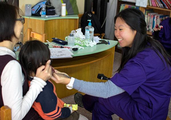 華裔女青年高家儷(右)辭高薪,返台偏鄉義診。 (高家儷提供)