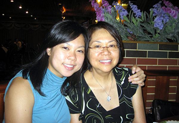 華裔女青年高家儷(左)辭高薪,返台偏鄉義診。圖為與母親生前親密的合照。 (高家儷提供)