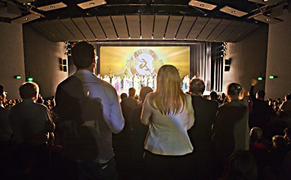 2013年2月15日堪培拉观众以极大的热情看神韵,谢幕时起立向神韵演员挥手致意,久久不离去。(摄影:伊罗逊/大纪元)