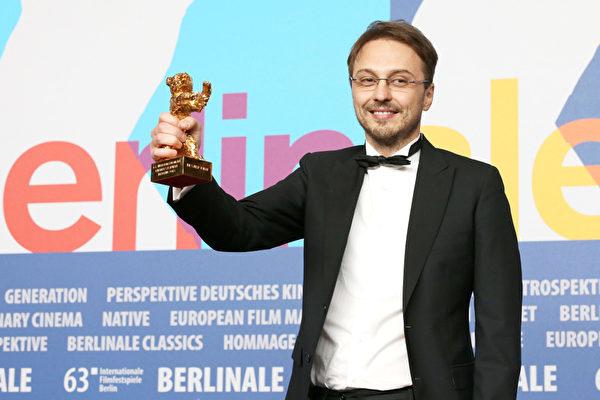 "导演克林•彼得•奈泽(Calin Peter Netzer)夺最佳电影""金熊奖""。(Dominik Bindl/Getty Images)"