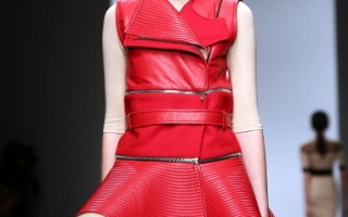 模特儿展示David Koma推出的女装。(Tim Whitby/Getty Images)