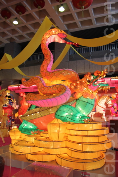 """鹿港天后宫新春展演活动,主题花灯""""灵蛇迎春""""。(摄影:郭益昌/大纪元)"""