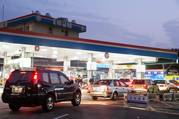 中油宣布自18日凌晨零时起,分别调涨汽、柴油价格每公升各新台币0.3元、0.2元。部分加油站傍晚涌现加油车潮。(摄影:陈柏州/大纪元)